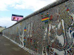 mur de berlin et panneau publicitaire