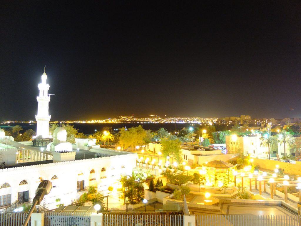 Aqabat et lumière d'Israel au fond
