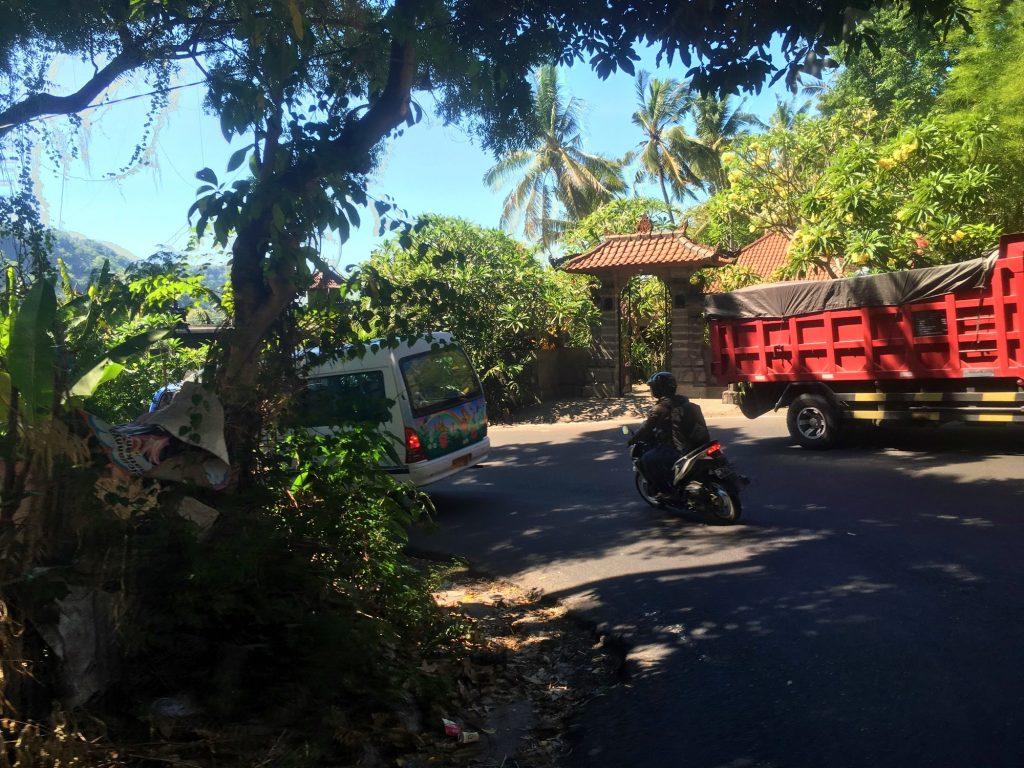 virage-camion-voiture-bali