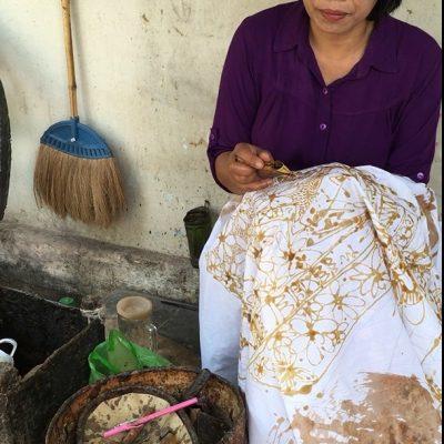l'art du batik est incontournable lors d'une visite à yogyakarta