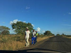 personnes long de la route