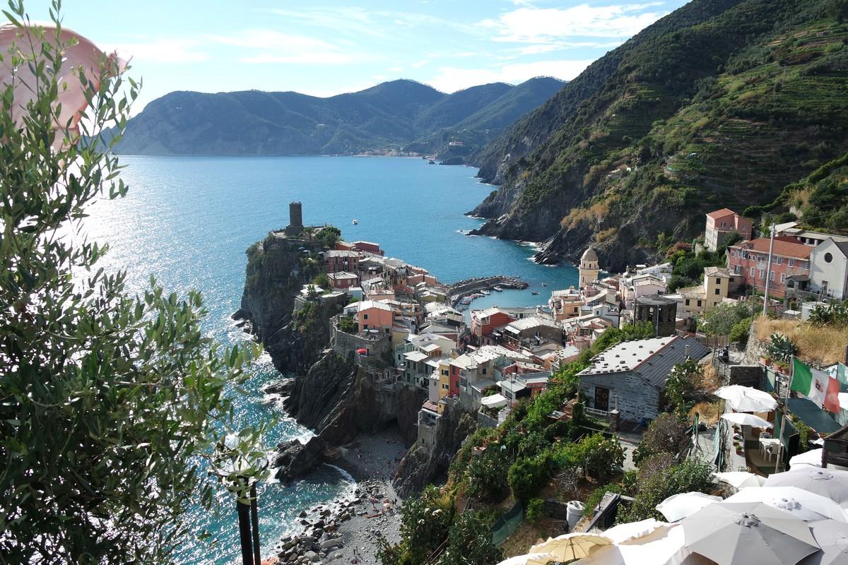 vernazza est un des plus beaux villages des cinque terre à visiter on voit ici la corniche sur laquelle il s'étend